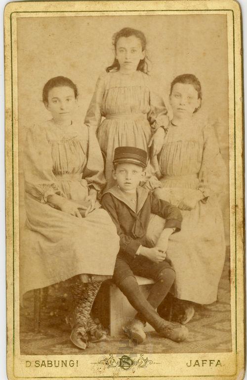 צילום משפחתי של שלוש אחיות ואח, ארץ ישראל